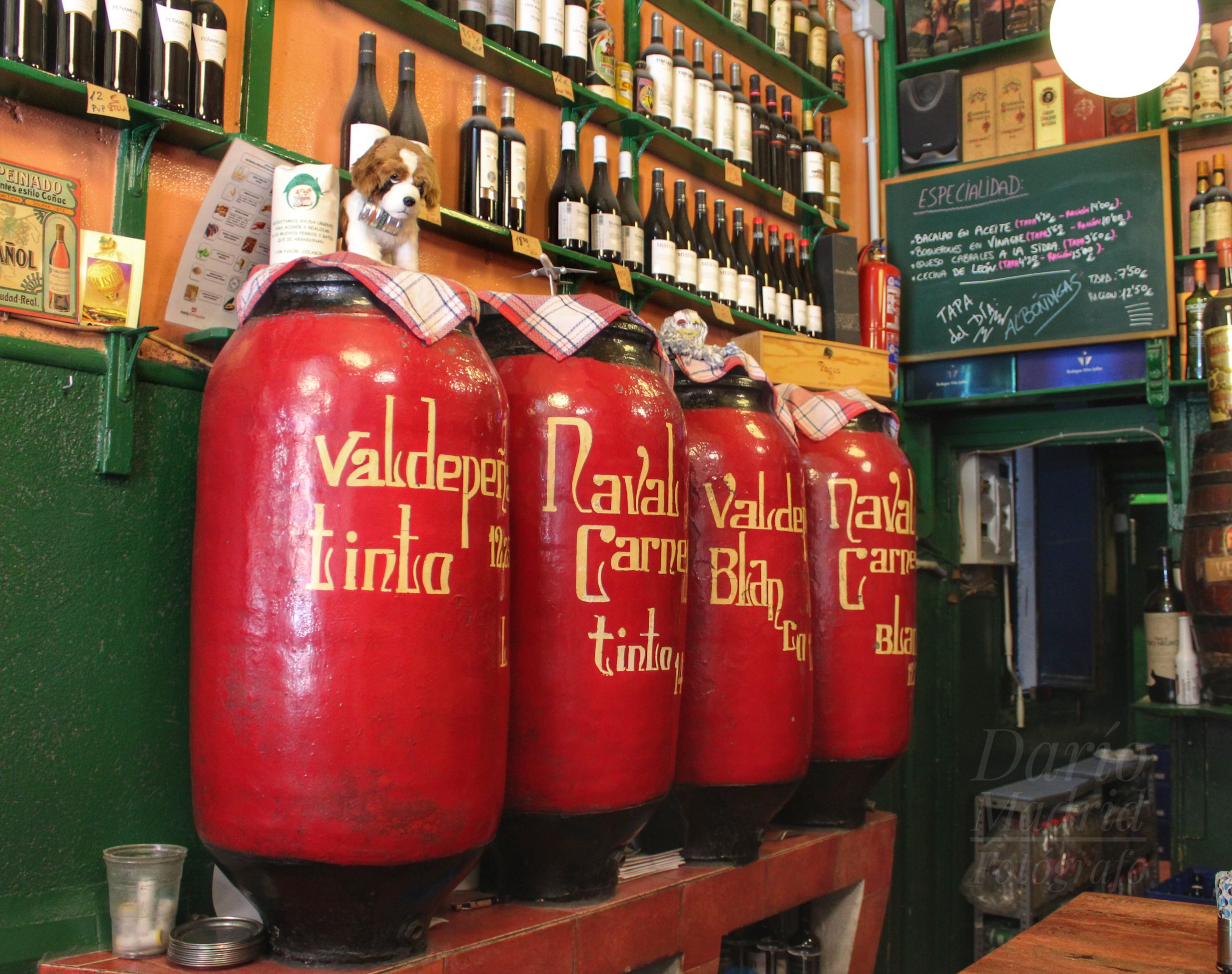 Bodegas Ricla, una de las tabernas centenarias de Madrid donde se servía vino a granel.