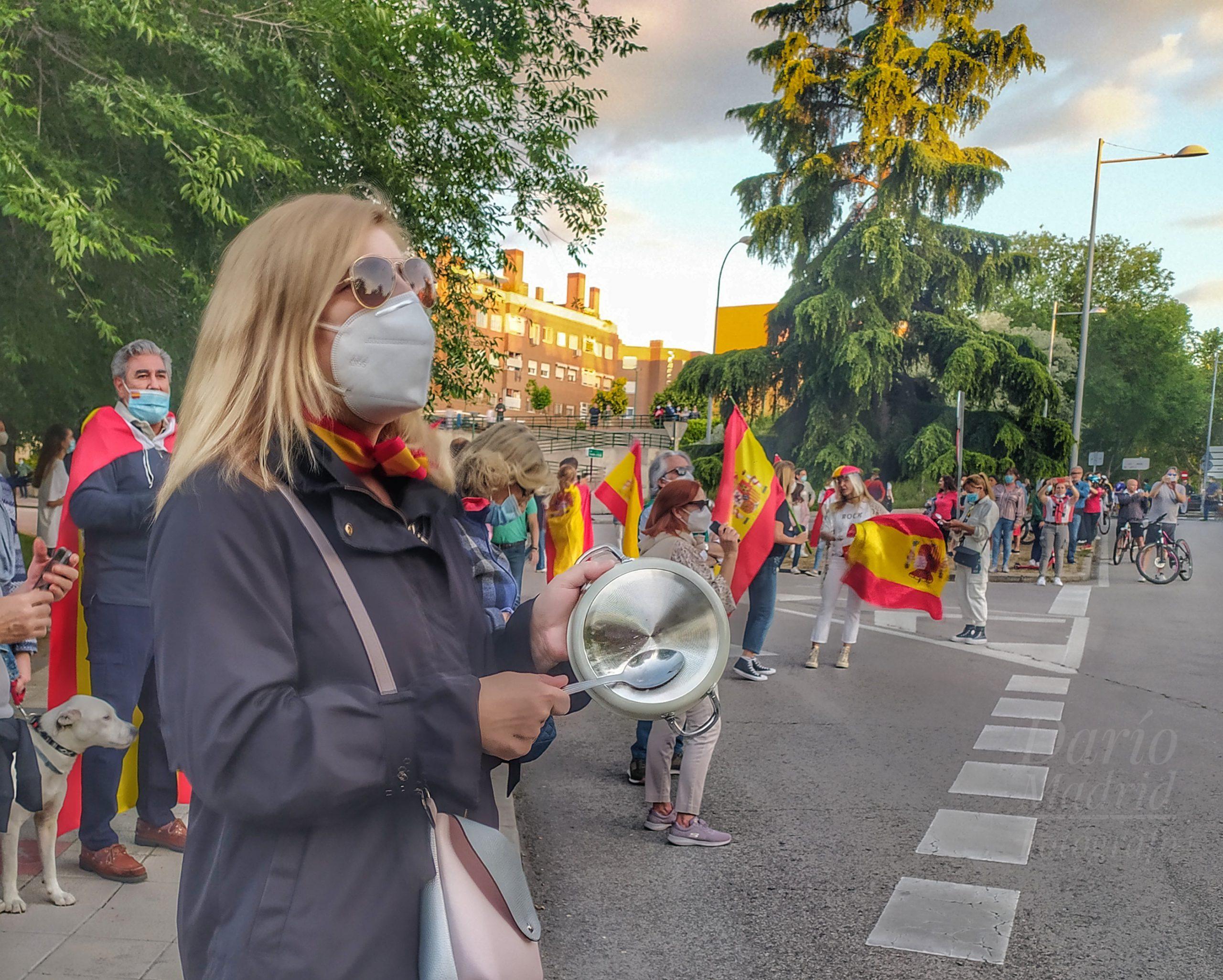 La gestión de la crisis provocada por el Gobierno de Sánchez e Iglesias lleva a a las calles a miles de españoles a protestar «armados» con cacerolas y banderas reclamando libertad